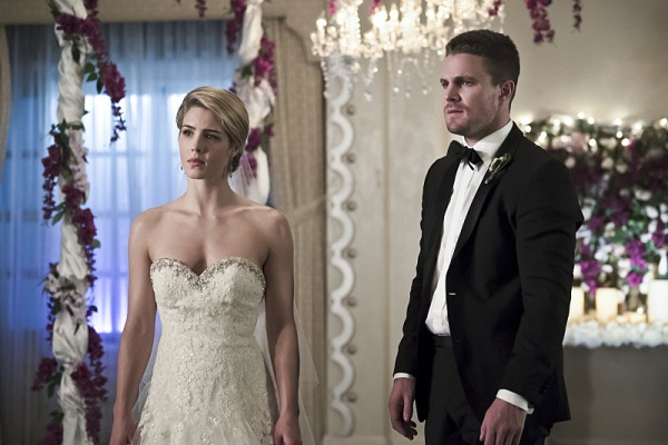 "Arrow -- ""Broken Hearts"" -- Image AR416a_0105b.jpg -- Pictured (L-R): Emily Bett Rickards as Felicity Smoak and Stephen Amell as Oliver Queen -- Photo: Katie Yu/The CW -- © 2016 The CW Network, LLC. All Rights Reserved."